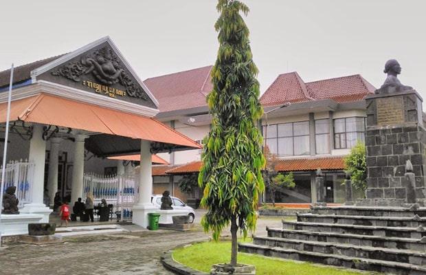 lokasi museum radya pustaka